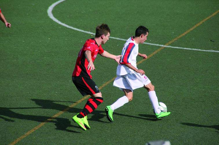 Fran Fernández (izquierda) presiona a un atacante en uno de los encuentros del actual campeonato liguero