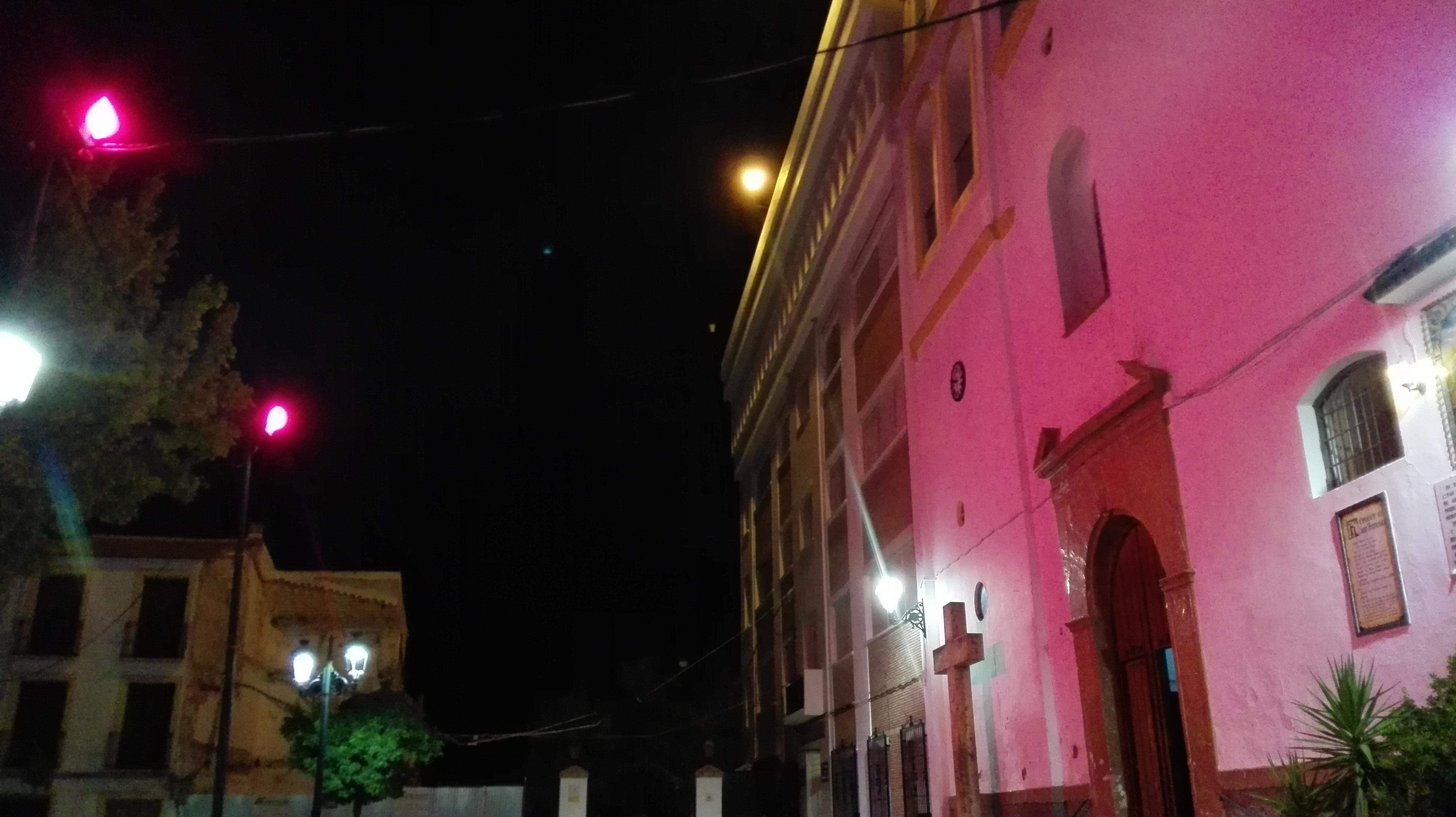 La fachada del Ayutamiento y las de las iglesias se han iluminado de rosa para este día