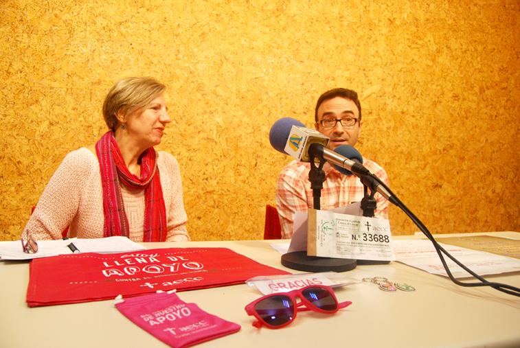 Juana Serrano y Juan de Dios Pérez con algunos de los productos simbólicos con los que se puede colaborar