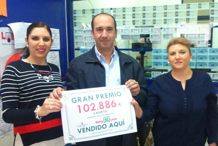 Dos de las encargadas de la administración muestran el premio junto al delegado en Córdoba de Loterías y Apuestas del Estado