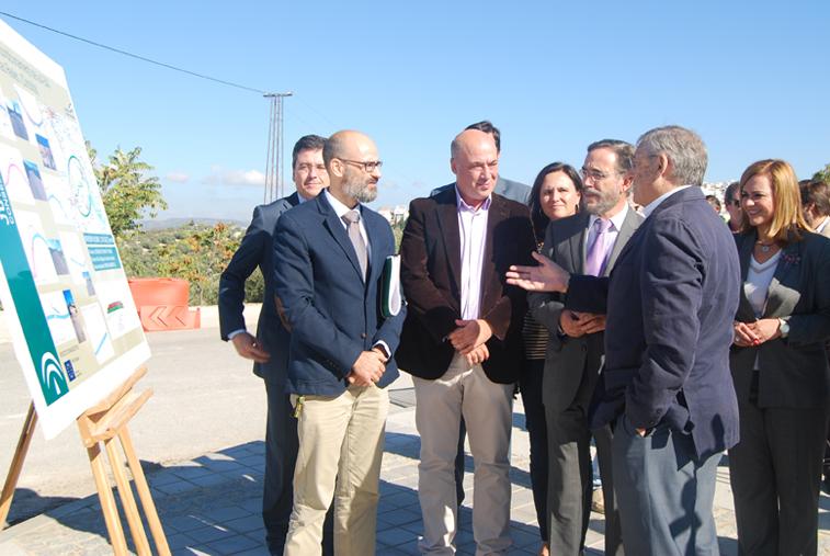 Los técnicos explican al consejero, en el centro, junto al alcalde de Rute, la actuación que se está llevando a cabo