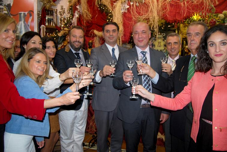 Empresarios y representantes políticos terminaron el acto brindando con una copa de anís de Rute