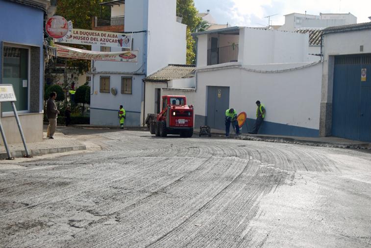 Las máquinas han levantado el firme deteriorado para colocar la nueva capa de asfaltado