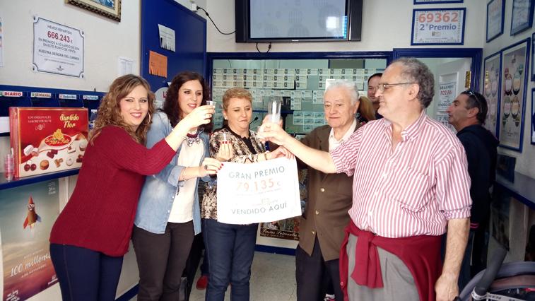 Juan Manuel Marín (en el centro) brindó con anís de Rute junto a las loteras y el público que se acercaba a la administración