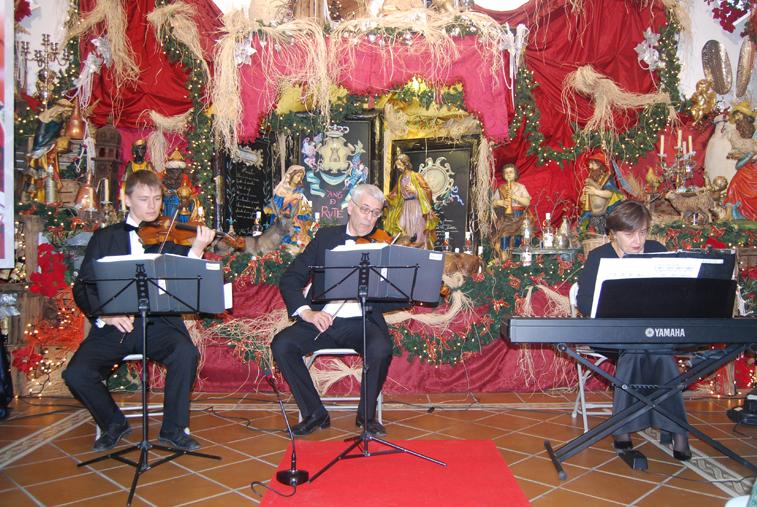 El trío estaba conformado por dos violinistas, Alex Choi, Vladimir Yashchuk y la  pianista Tatiana Kárzhina