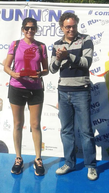 Débora Barrios se llevó el trofeo como segunda clasificada en chicas en la I Carrera de Empresas Responsables AJE Córdoba
