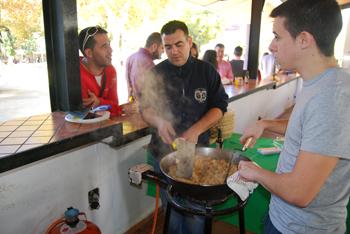 Numeroso público se agolpó en la barra de la Caseta Municipal para degustar las migas de la cofradía de Jesús Resucitado