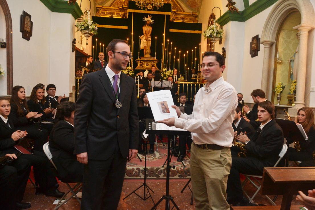 El compositor José León Alapont entregó la partitura de la marcha a la cofradía