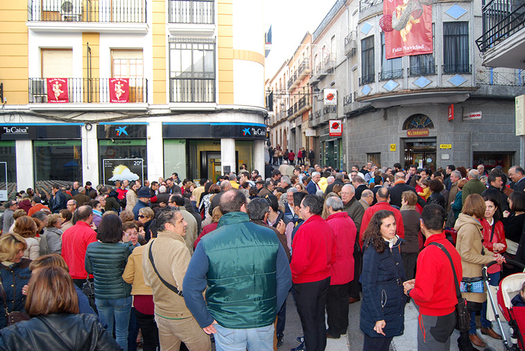 En torno a quinientas personas se concentraron ante las puertas del Ayuntamiento para mostrar su rechazo a este episodio