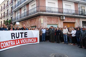 """Representantes ciudadanos y políticos portaban una pancarta de apoyo con el lema """"Rute contra la violencia"""""""