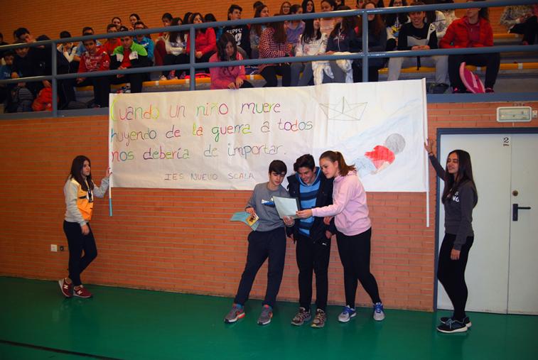 Los escolares han enarbolado una pancarta en la que muestran su solidaridad con los niños sirios
