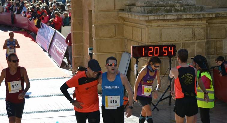 Aguilar, al fondo, en el momento de cruzar la meta en el Puente Romano (Imagen: Footing Pepito. Escuela de Atletismo Mauri Castillo)