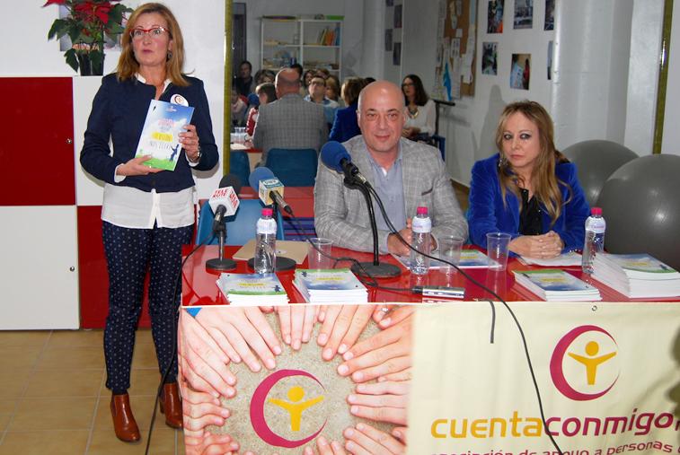 La presidenta de Cuenta Conmigo, con el libro, junto al alcalde y la encargada del prólogo