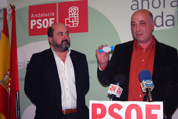 Antonio Ruiz muestra los mantecados de Antequera que están repartiendo los populares a nivel provincial