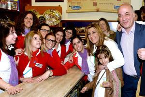 Díaz no ha dudado en fotografiarse con el personal de las empresas ruteñas que ha visitado