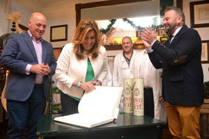 La presidenta autonómica ha dejado su recuerdo en los libros de firmas de Galleros y el Museo del Anís