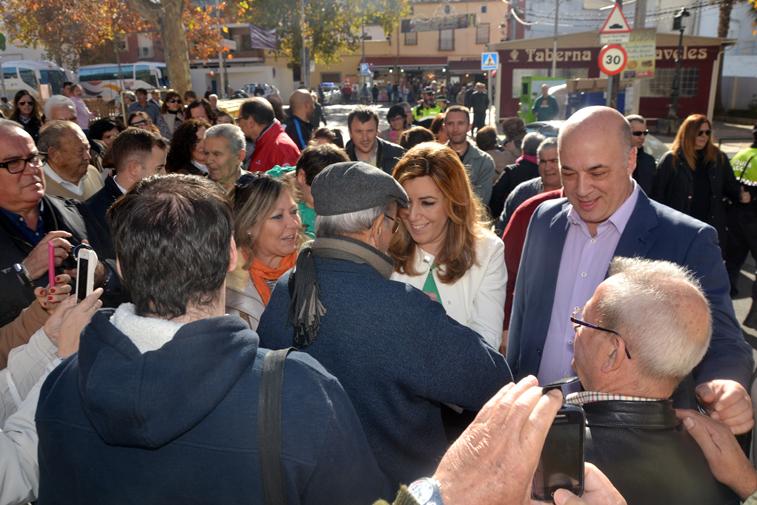 La presidenta de la Junta se ha saludado con muchos de los turistas y ruteños que transitaban por el Paseo del Fresno