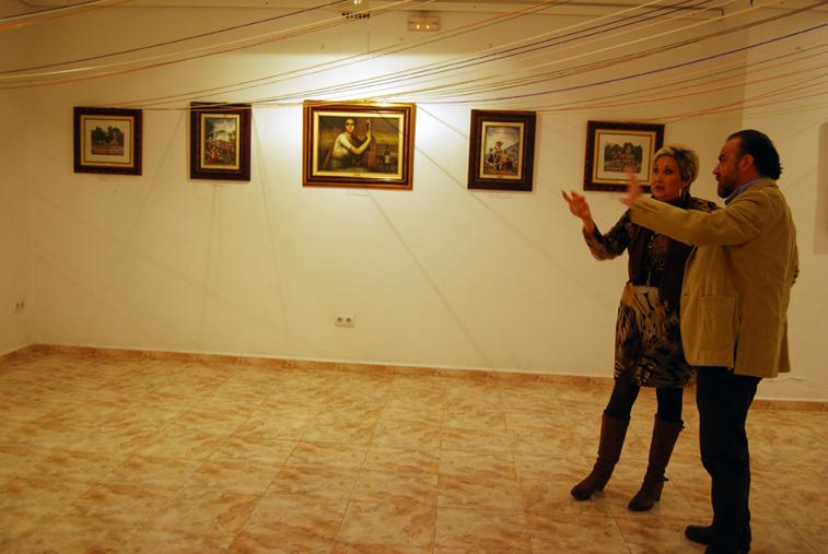 Rosario Rabasco explica a José Molina, de Artefacto, el proceso de creación de uno de los cuadros