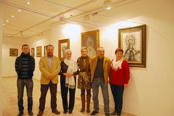 Los miembros de la asociación Artefacto junto a la autora de los cuadros en la inauguración de la exposición