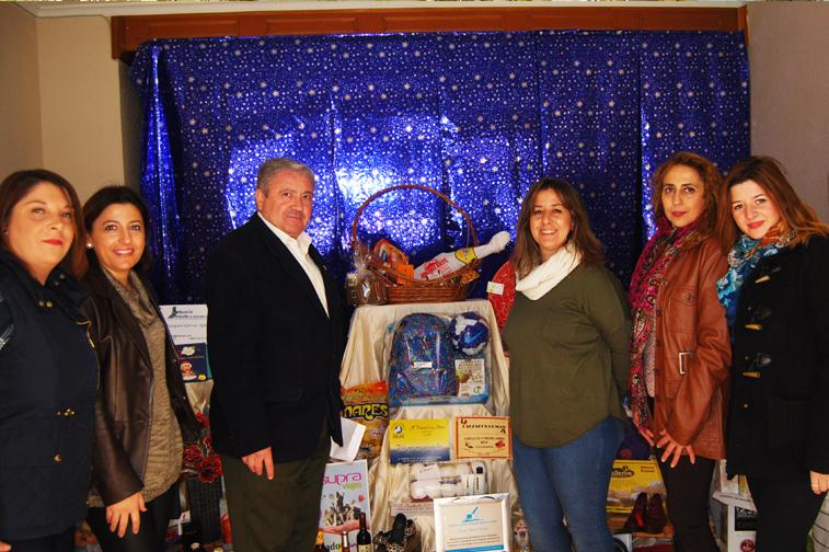 Se sortea una gran cesta de Navidad con más de cien regalos aportados por los establecimientos