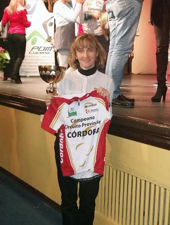 Carmen María García con la camiseta que la acredita como primera de su categoría