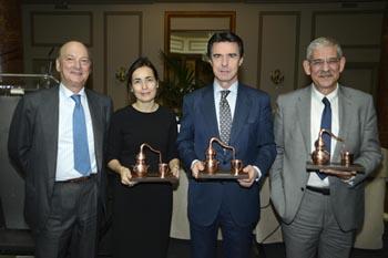 Personalidades como la directora de la DGT o el ministro de Turismo (en el centro) recibieron réplicas de los emblemáticos alambiques