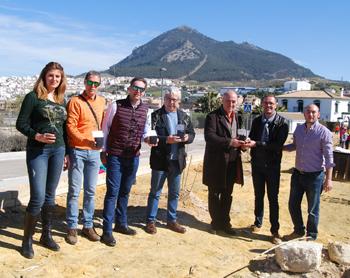 El coordinador del proyecto en Rute ha regalado una planta a las autoridades implicadas en el proyecto y directores de los centros