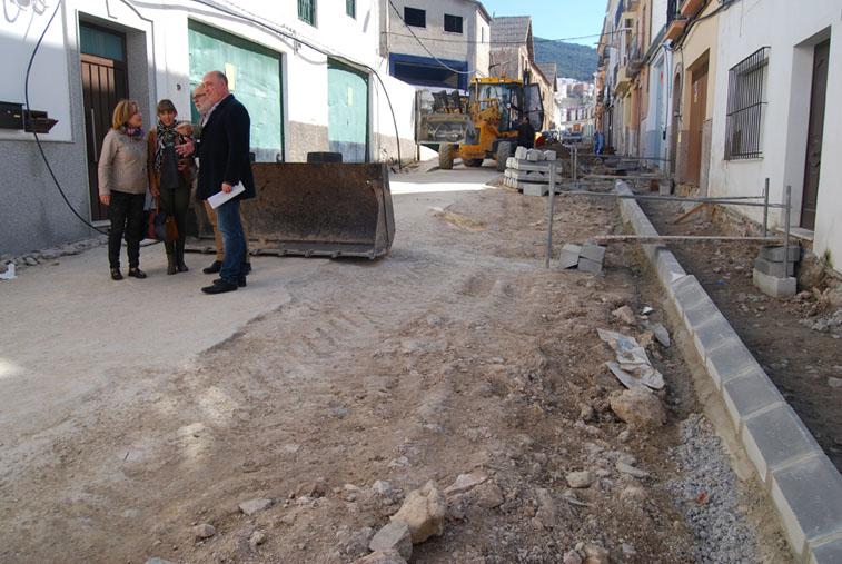 El alcalde y varios concejales comprueban el estado de ejecución de obra de la calle Cervantes