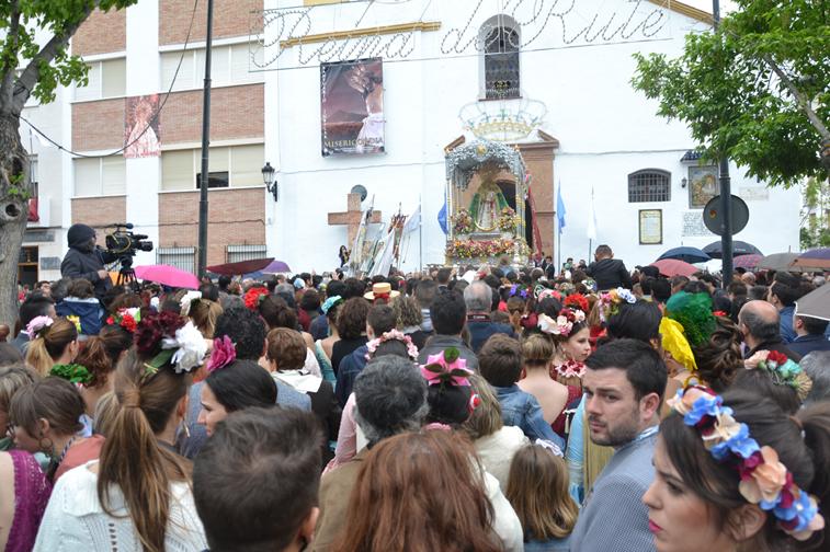 Justo cuando la Morenita regresaba de su recortado recorrido matinal hubo que abrir los paraguas por la lluvia