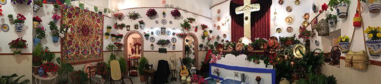 La cruz ganadora recreaba el entorno de un patio andaluz, con una decoración amplia y minuciosa