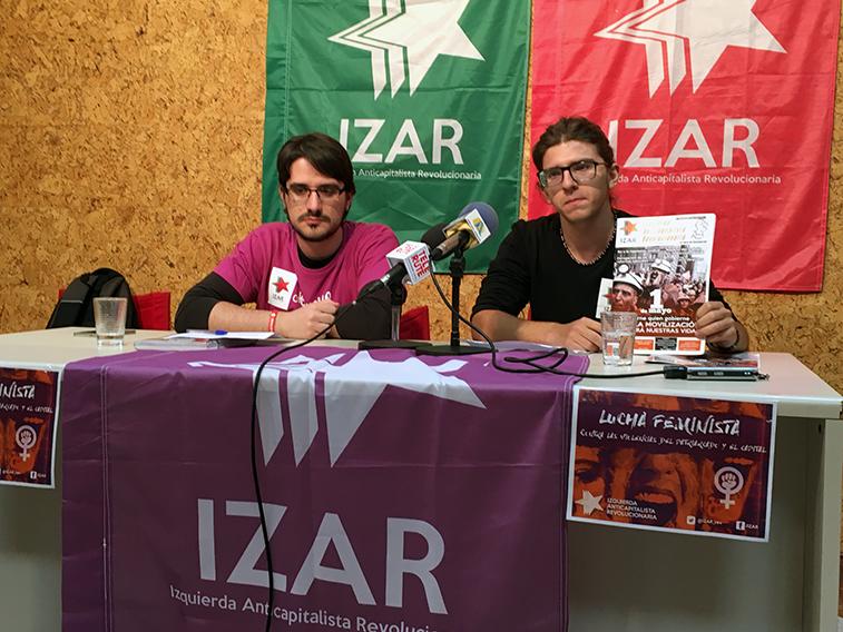 Los militantes locales de IZAR han aprovechado para dar a conocer la revista que difunde esta formación