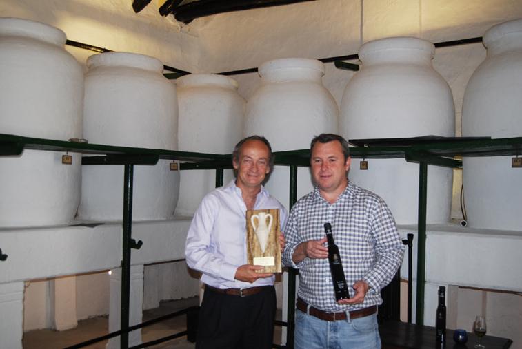 Alfonso Gordón sostiene el premio Terra Olivo junto al gerente de la empresa Francisco Trujillo