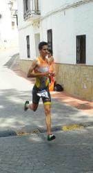 Cristóbal García durante la prueba de carrera a pie por las calles de La Viñuela