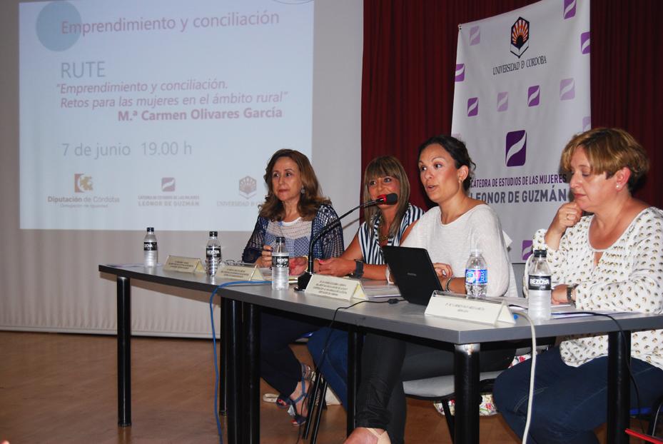 La charla sobre mujer y emprendimiento tuvo lugar en el salón de actos del Edificio Alcalde Leoncio Rodríguez