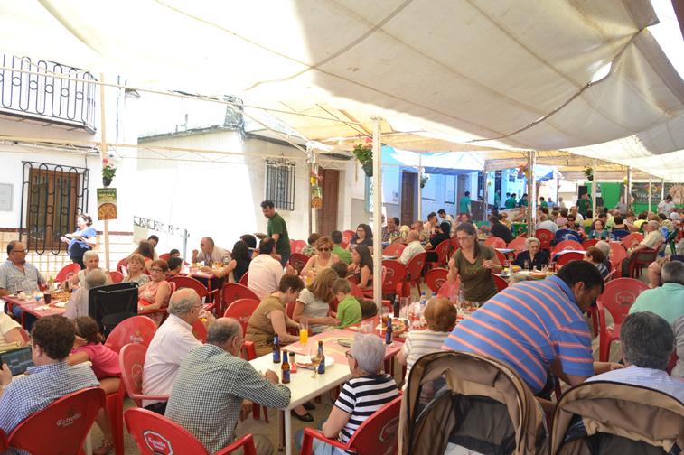 Incluso en la última jornada, pese al calor del mediodía, acudió numeroso público a la paella popular