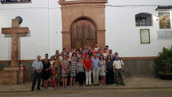 Los integrantes de la nueva junta de Gobierno con los que les han precedido ante la puerta de la parroquia de San Francisco