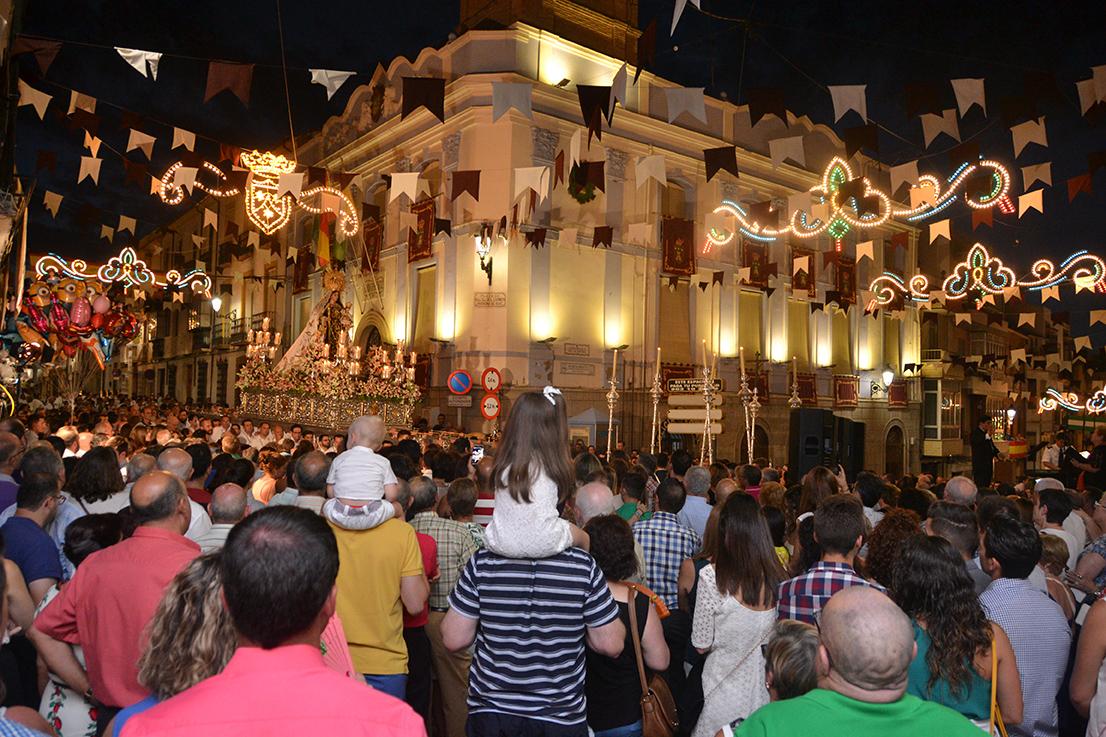 Uno de los momentos que más público congregó fue la interpretación de la coral al paso de la Patrona por el Ayuntamiento