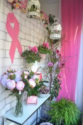 Muchos comercios de Rute han decorado sus escaparates con el tono rosa de este día