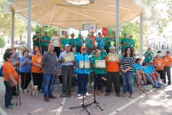 Los senderistas de los clubes de mayores reciben una placa por su participación