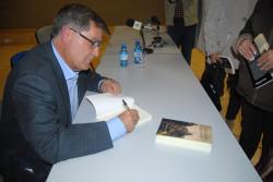El escritor dedica su libro a los asistentes al acto
