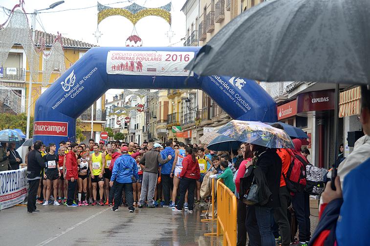 El público, aunque tuviera que echar mano de los paraguas, tampoco faltó para animar a la hora de la salida