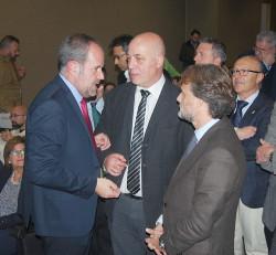 El alcalde saluda al consejero de Medioambiente durante el acto